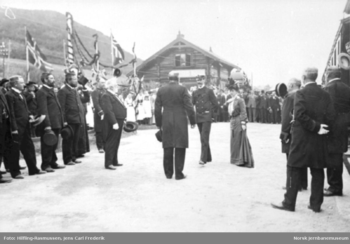 De kongelige på plattformen på Vinstra stasjon