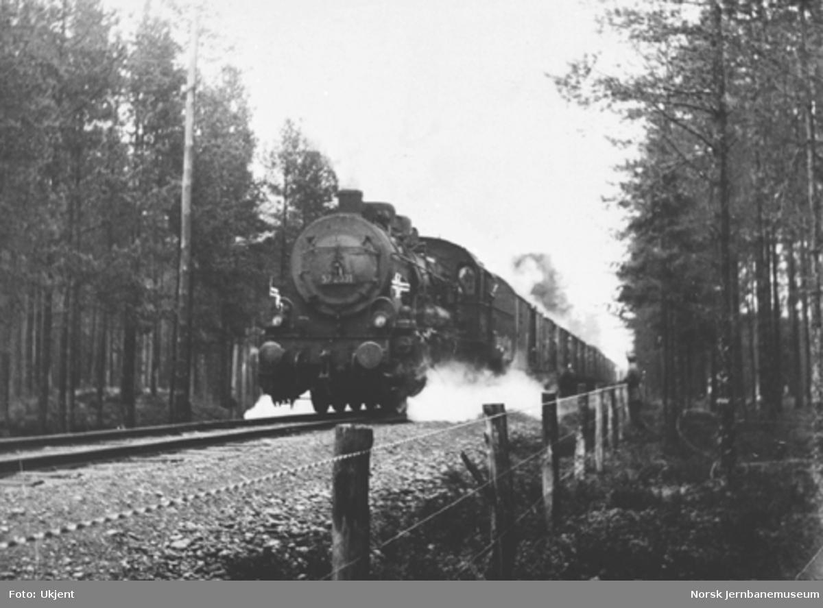Tog fra Sverige i 1945 trukket av damplok type 61a nr. 2031 ved riksgrensen