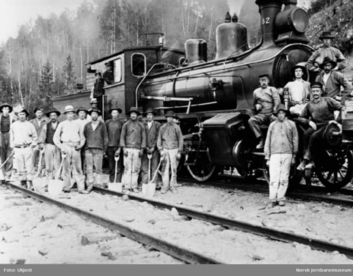 Bergensbanens anlegg; grusningsmannskap oppstilt foran damplokomotiv type 21a nr. 182