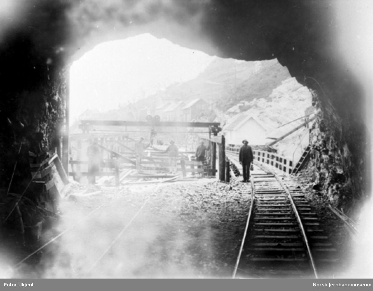 Sporet til ny og gammel Vaksdal bru sett fra tunnelen