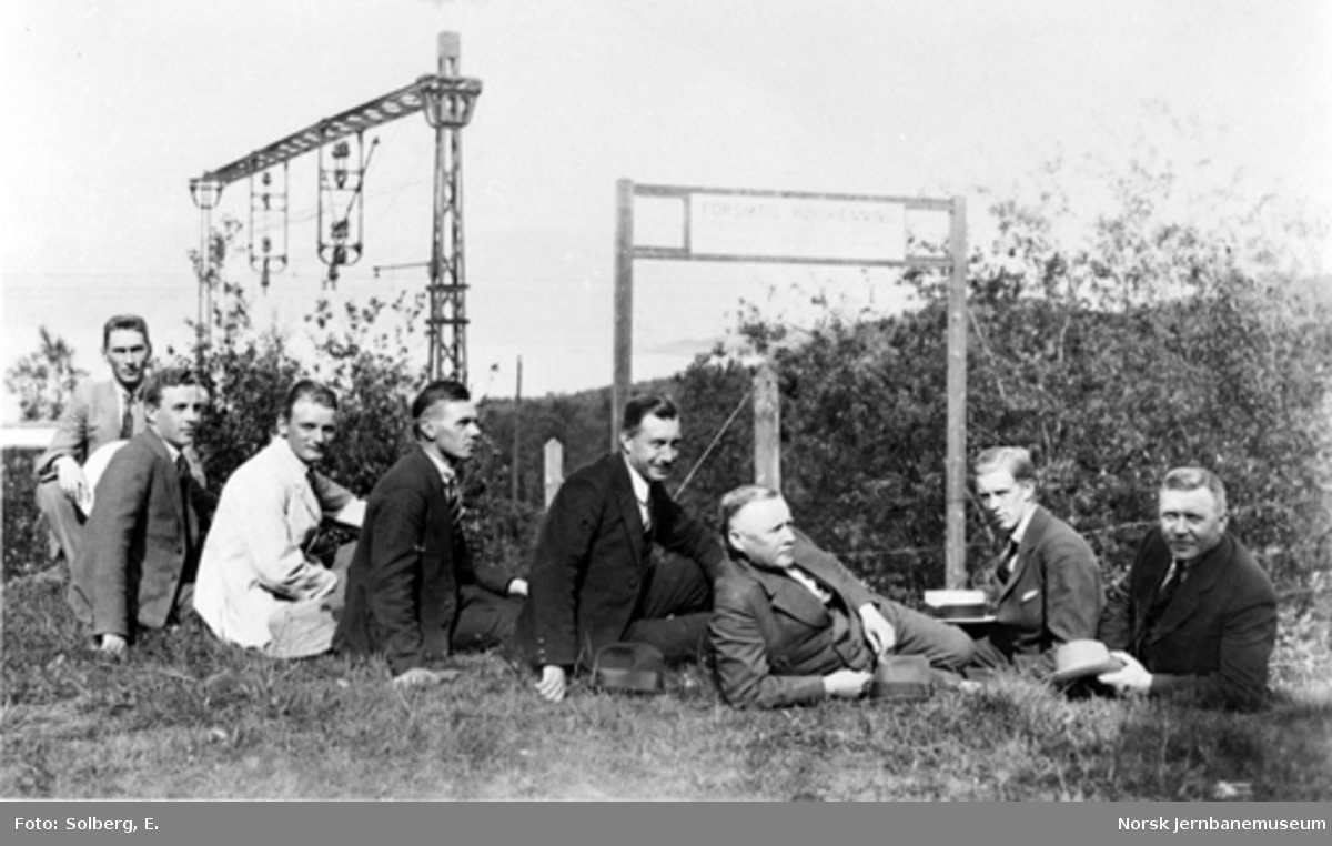 Ofotbanens elektrifisering : gruppebilde av åtte menn, trolig tilknyttet elektrifiseringsanlegget på Ofotbanen