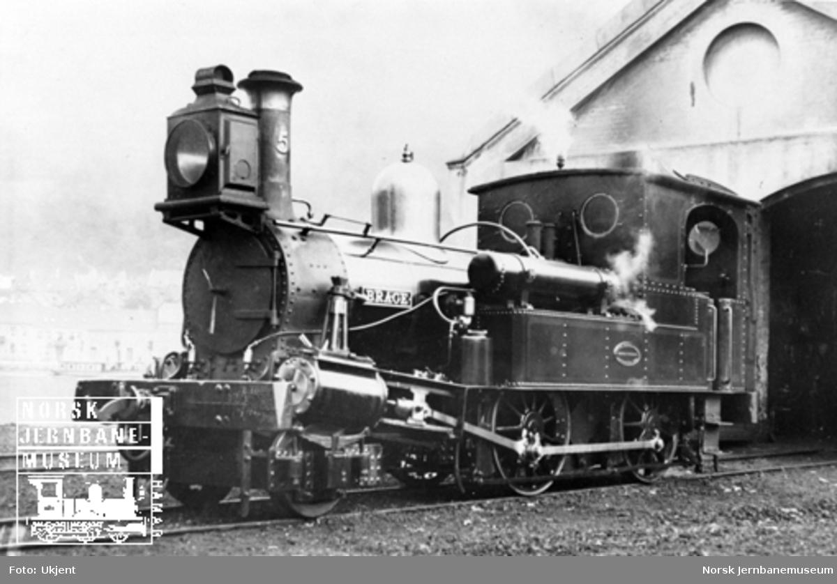"""Damplokomotiv type IV nr. 5 """"Brage"""" utenfor lokomotivstallen på Bergen stasjon"""