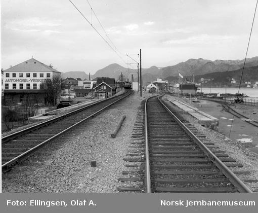 """Sandnes med """"høybanen"""" og havnesporet; motorvogn type 6 i bakgrunnen"""