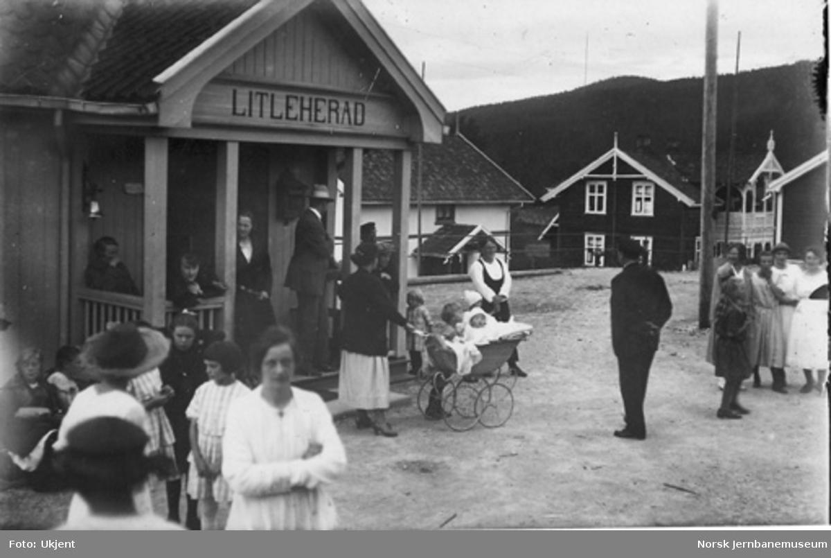 Lisleherad (Litleherad) stasjon med folkeliv på plattformen