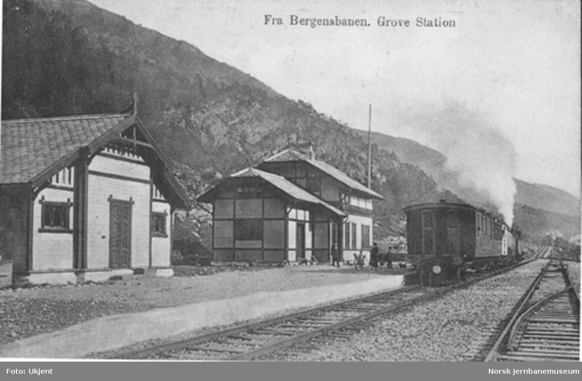 Urdland (Grove) stasjon med tog i spor 2