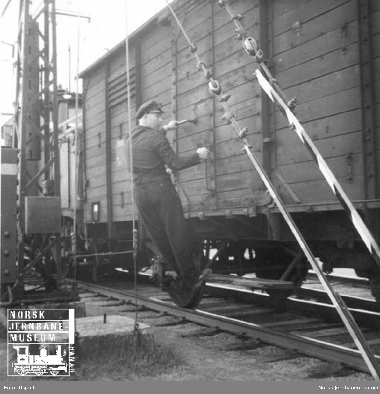 """""""Mastevarsler"""" - varselstropp foran mast som står nær sporet"""