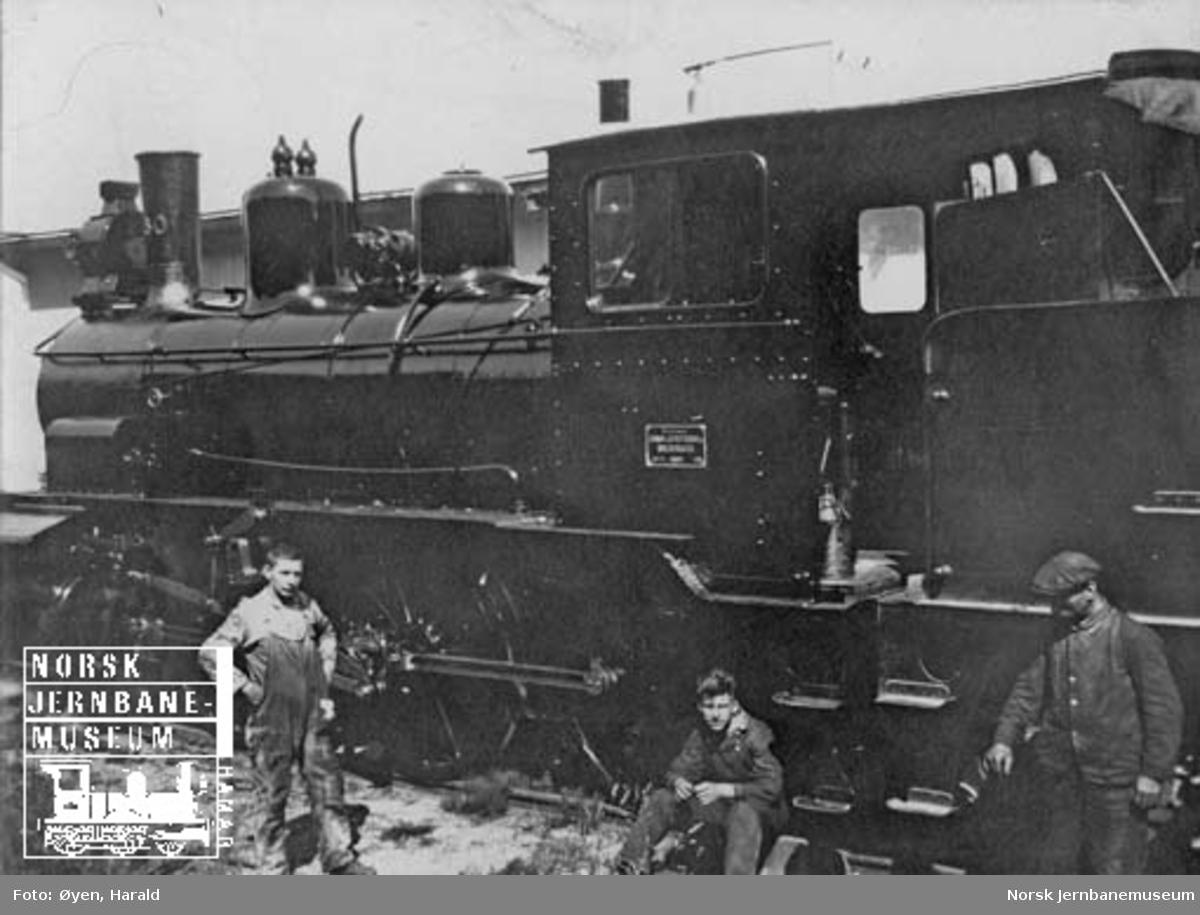 Damplokomotiv type 21a nr. 180 med verkstedfolk på Marienborg