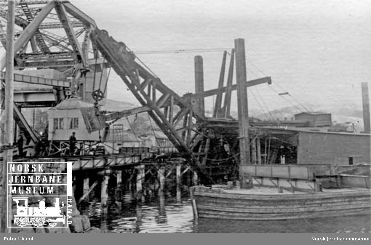 Skansen bru : demontering av gammel bru ved hjelp av havnevesenets mudderapparat