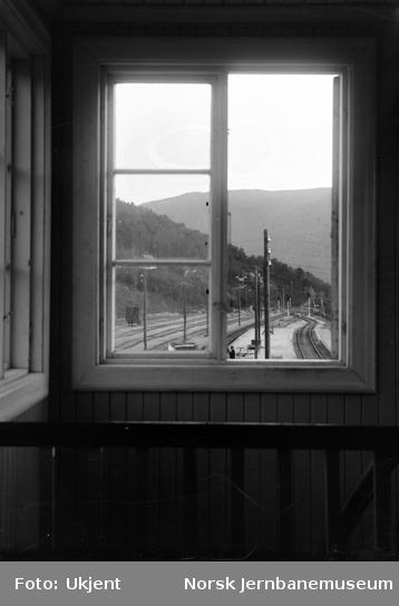 Søndre del av stasjonsområdet på Dombås, sett ut gjennom vinduet fra stillverkbygningens 2.etasje