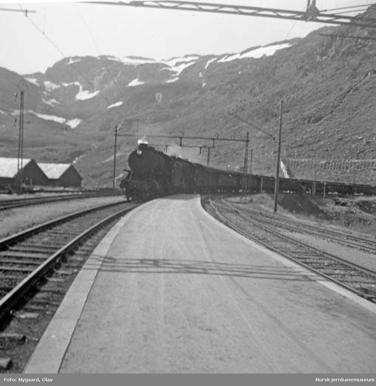 Vestgående dagtog ankommer Myrdal stasjon