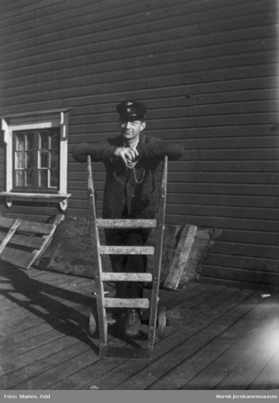 Stasjonsbetjent Arne Bekkeng(?) på Koppang stasjon