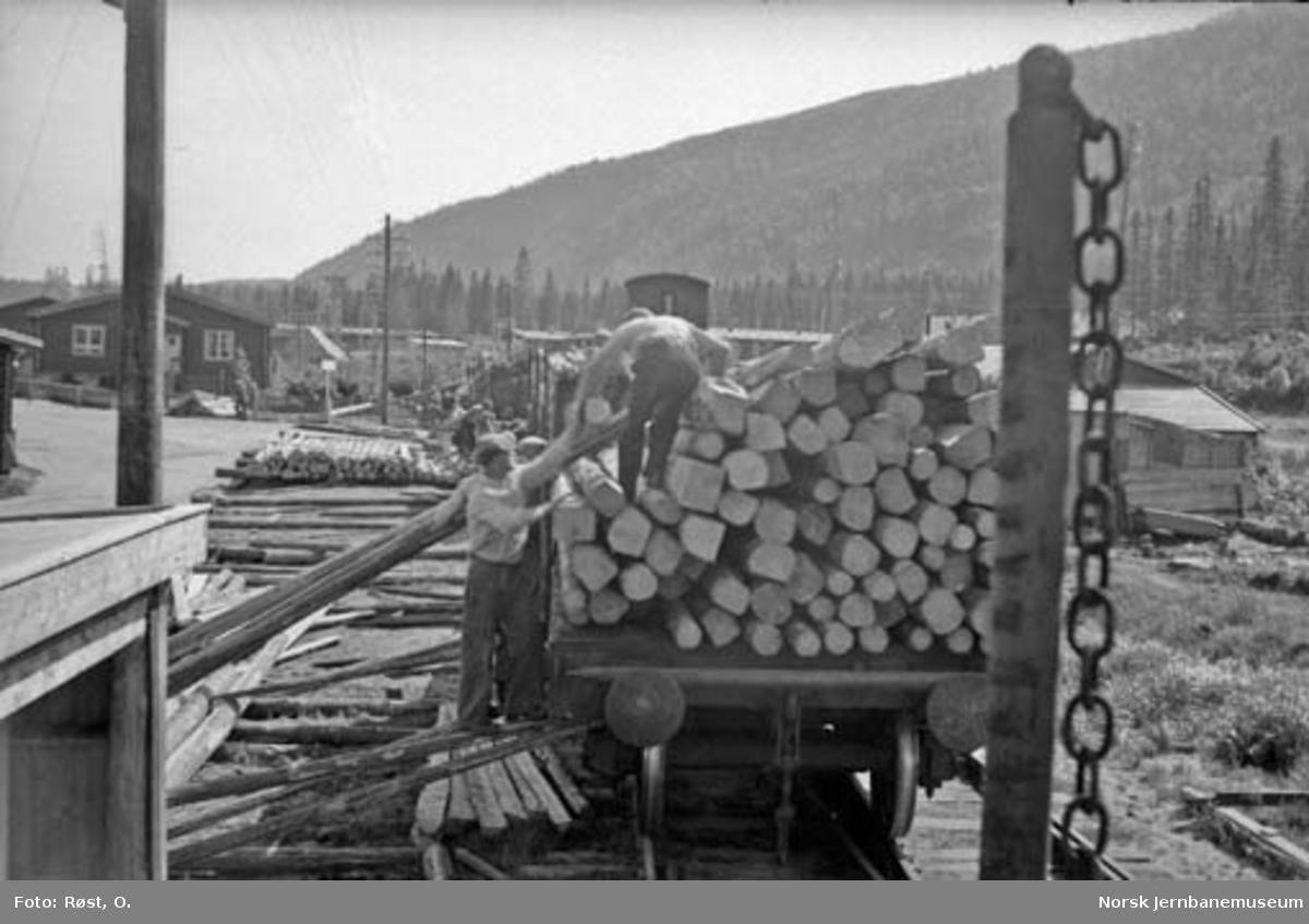 Opplasting av materiell til snøoverbygg på godsvogner på jernbaneanleggets lagertomt på Langneset