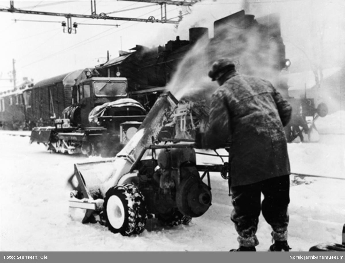 Mann med snøfreser på Eina stasjon