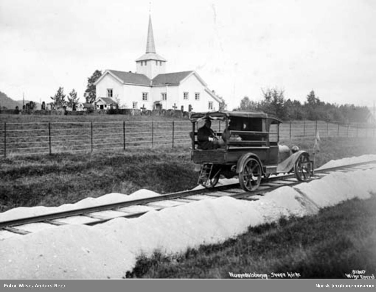 Skinnebil på Numedalsbanen ved Svene kirke