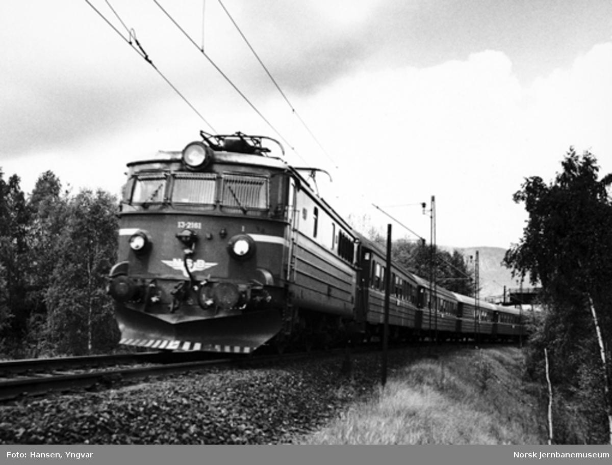 """Elektrisk lokomotiv El 13 med """"Sørlandsekspressen"""" mot Oslo ovenfor Lier stasjon"""