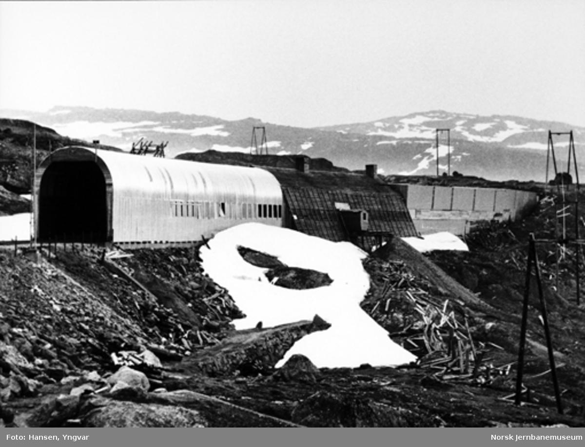 Snøoverbygg ved Høghelleren; til venstre en forholdsvis ny konstruksjon og i midten en gammel type