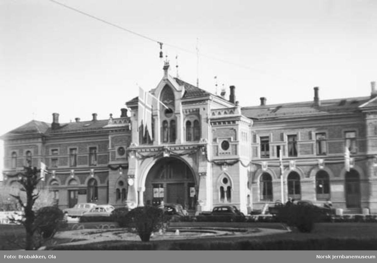 Hamar stasjonsbygning fra bysiden, pyntet i anledning 17. mai