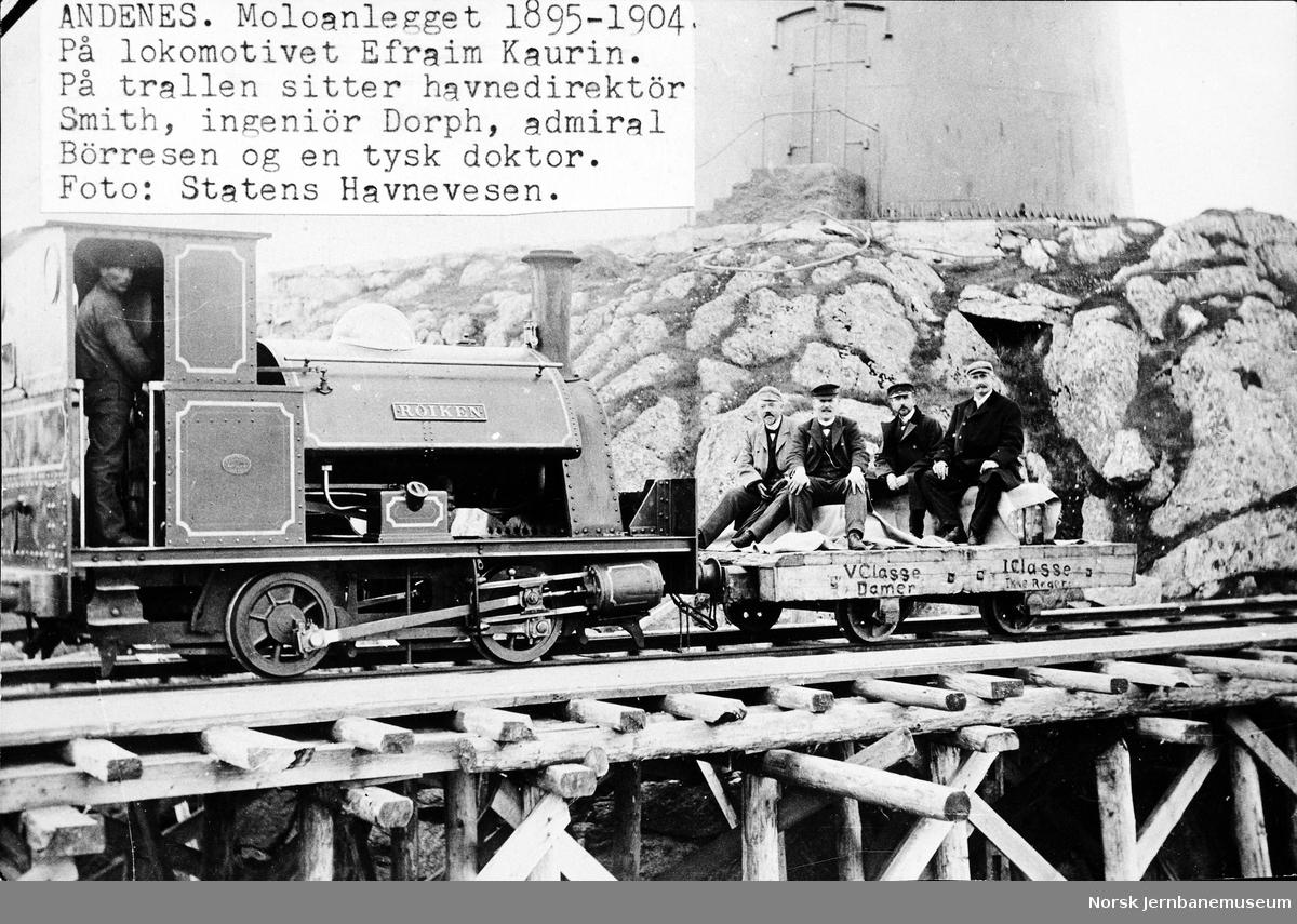 """Statens Havnevesens damplokomotiv """"Røiken"""" med steintralle på moloanlegget på Andenes; fire personer på trallen"""