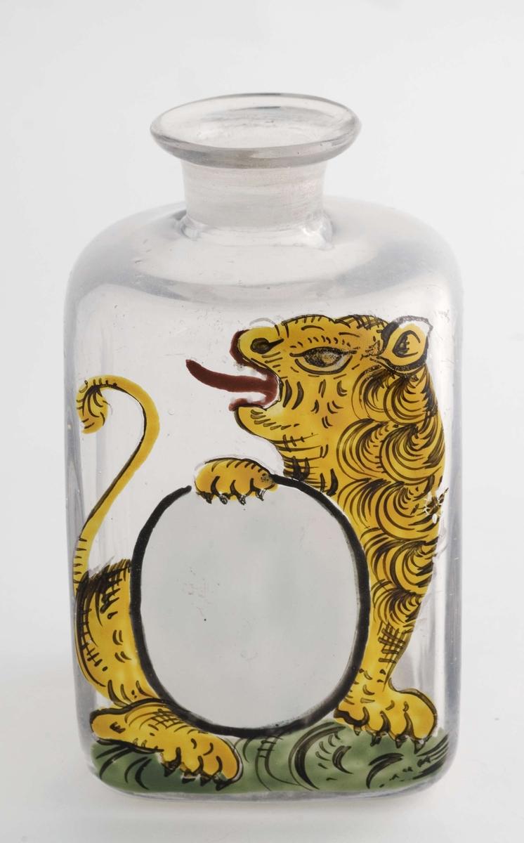 Firkantet glass uten propp, trang hals. Påmalt ovalt, hvitt etikettfelt.  Dekormotiv: Løve som holder etiketten.