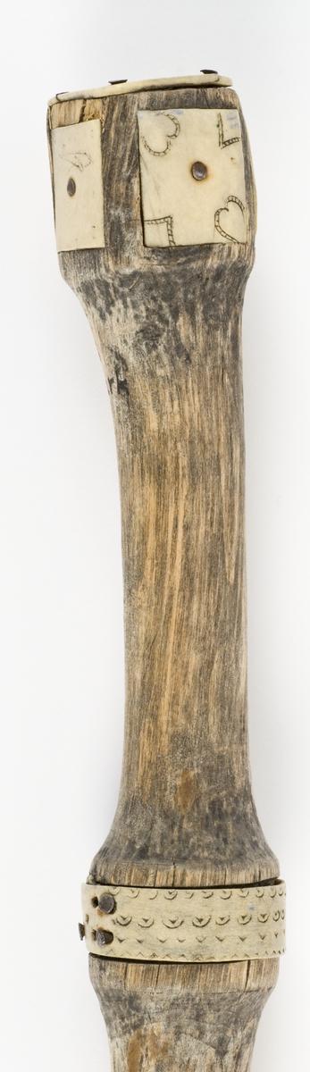 Brudestav skåret i et stykke. Inlegg av gevir (alt. ben) med ornamentikk og innskrifter.