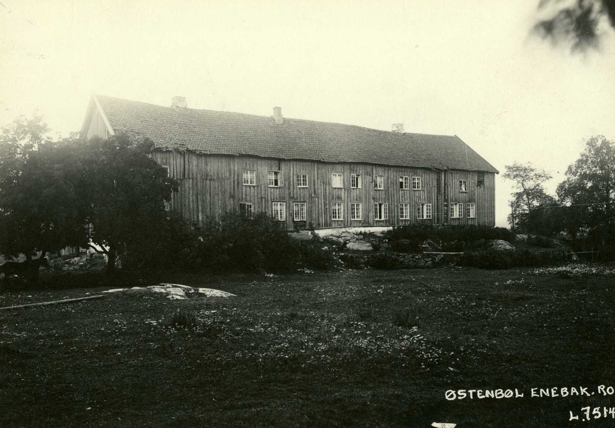 Østenbøl, Enebakk, Nedre Romerike, Akershus. Langt toetasjers våningshus.