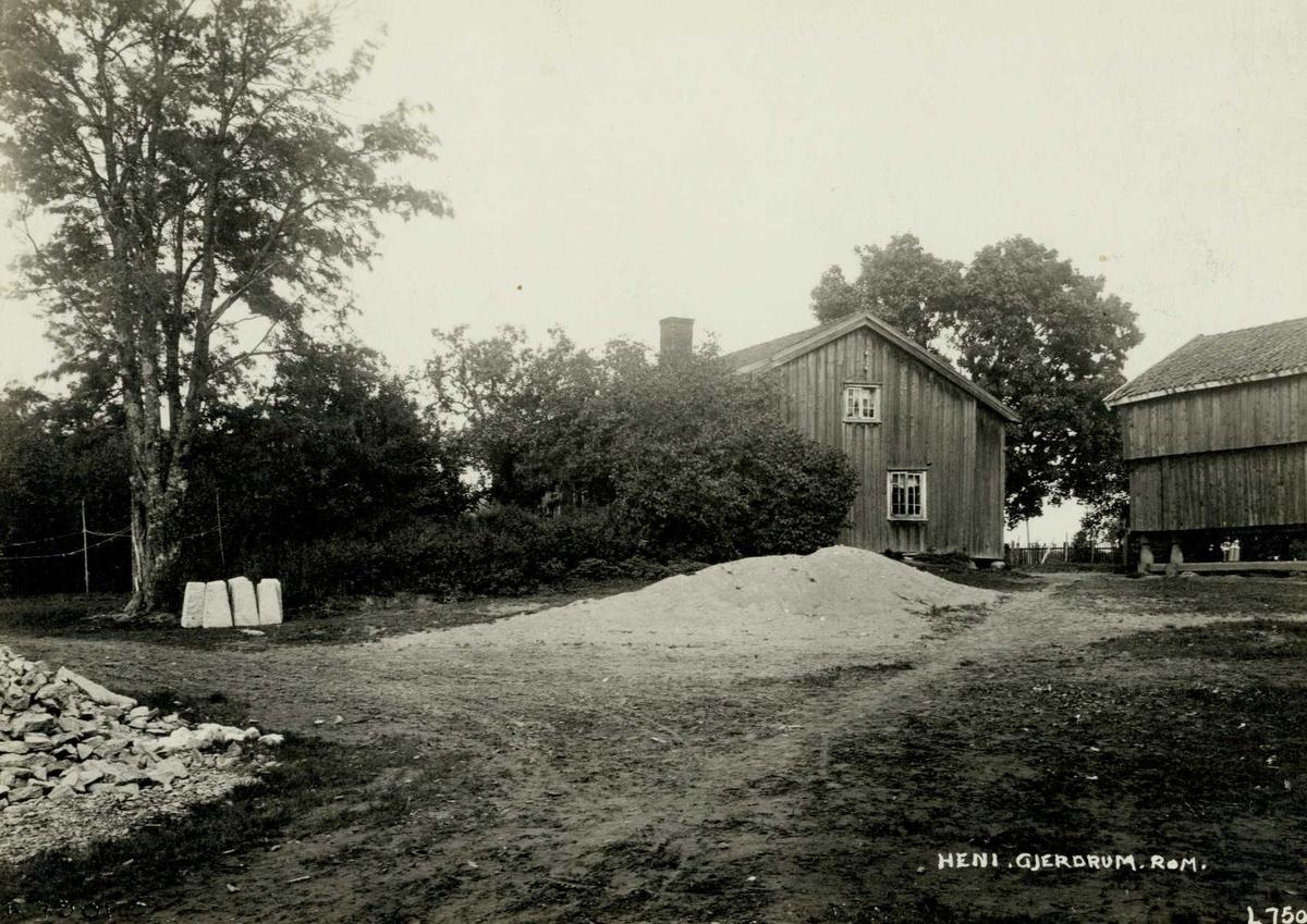 Heni, Gjerdrum, Øvre Romerike, Akershus. Gårdsplass med våningshus og stabbur.