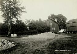 Heni, Gjerdrum, Øvre Romerike, Akershus. Gårdsplass med våni