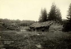 Folbergsetra, Nes, Øvre Romerike, Akershus. Uthus med skigar