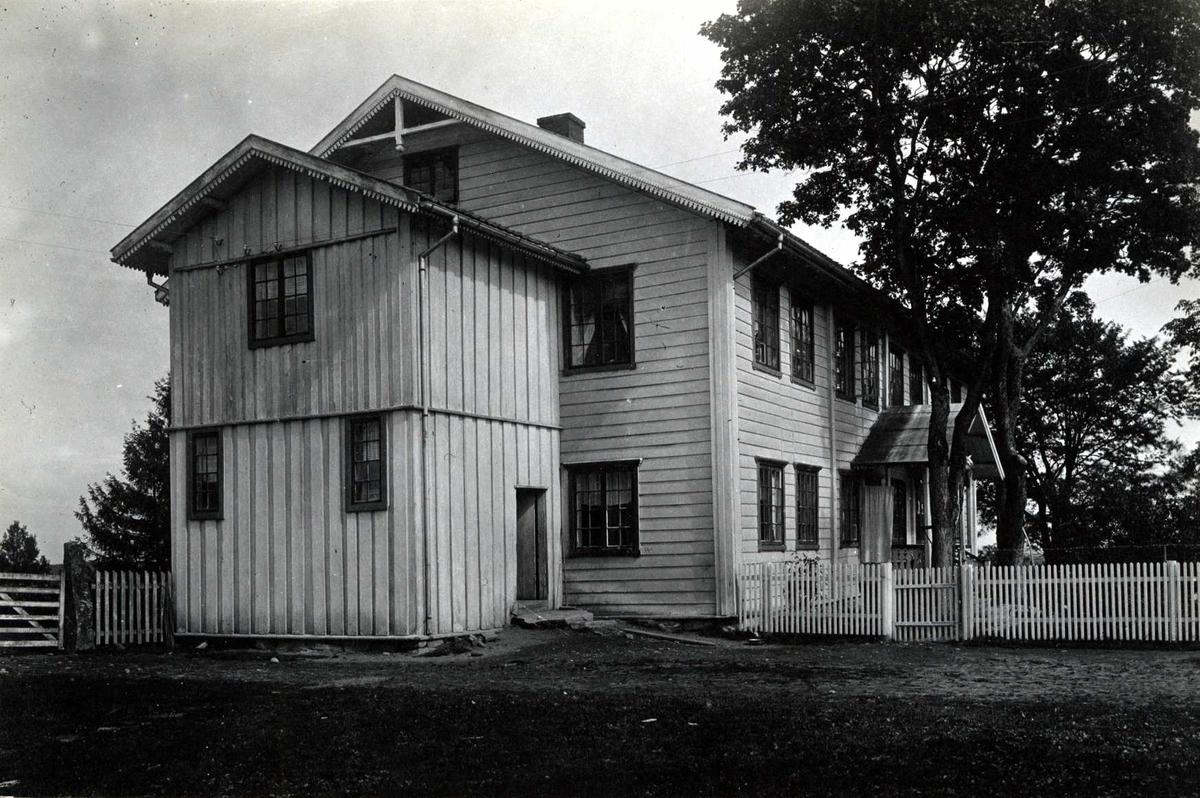 S. Algarheim, Ullensaker, Øvre Romerike, Akershus. Våningshuset og gårdstunet med uthus. Bygget av lensmann Bøhn i 1840 årene.