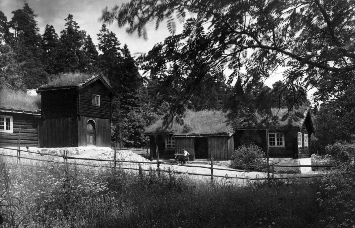 Barfrøstue fra Gammelstu Trønnes, Stor-Elvdal og sommerstue fra Kilde, Åmot. Fotografert i Østerdalstunet på Norsk folkemuseum, juli 1925.