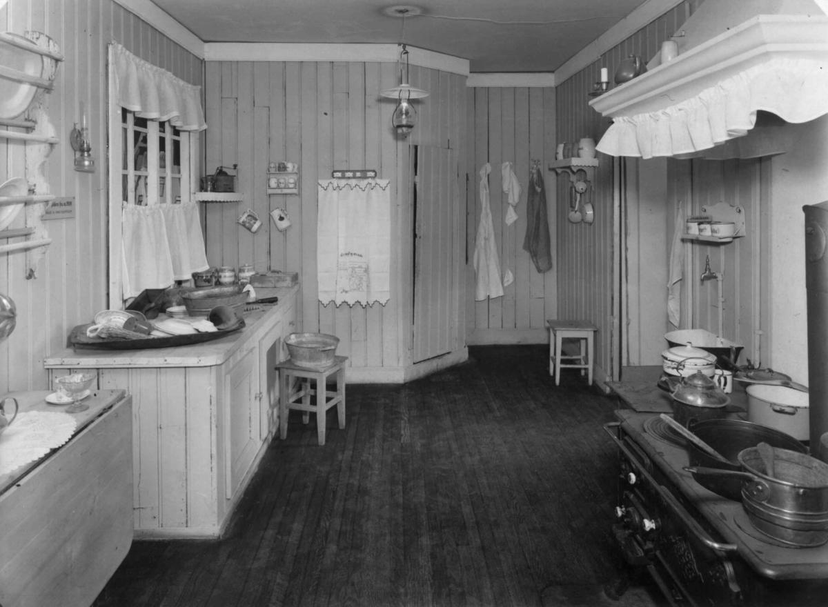 Oslokjøkken ca. 1900 i kjøkkenutstilling i Brukskunst, 1951