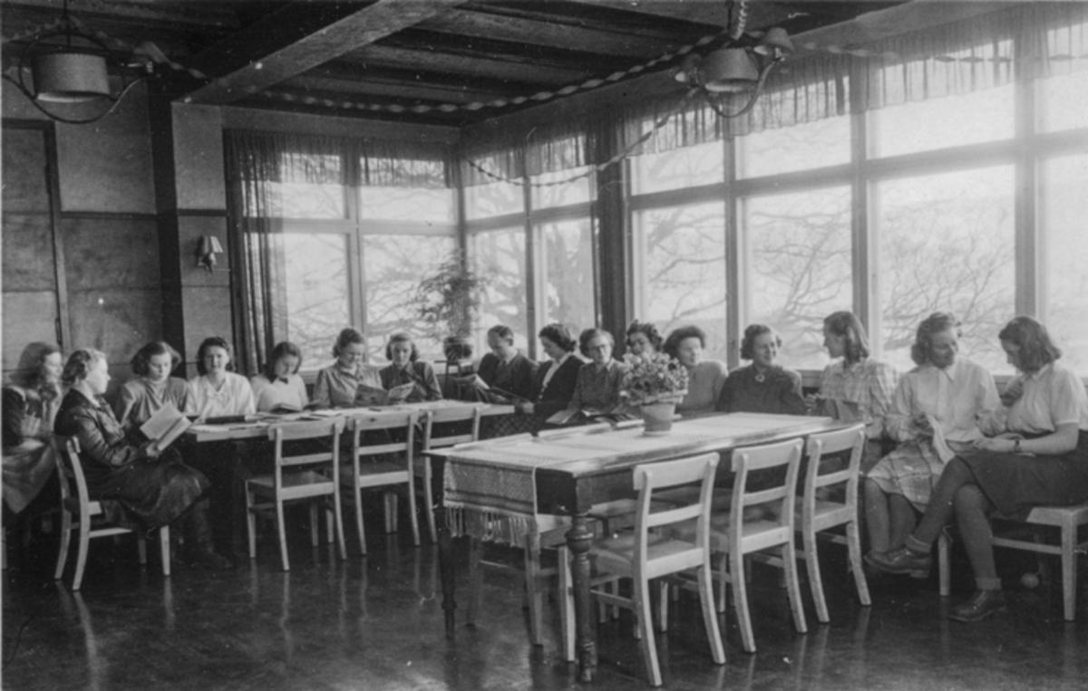Kvinner i en spisesal.