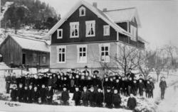 Mosby skole i Vest-Agder, ca. 1908. Elever oppstilt foran sk