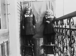 Gudrun og Karen Q. Wiborg fotografert på balkong, ant Meltze