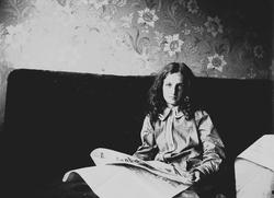 Karen Q. Wiborg leser avisen.i sofa, Prinsens gate 23, Oslo,