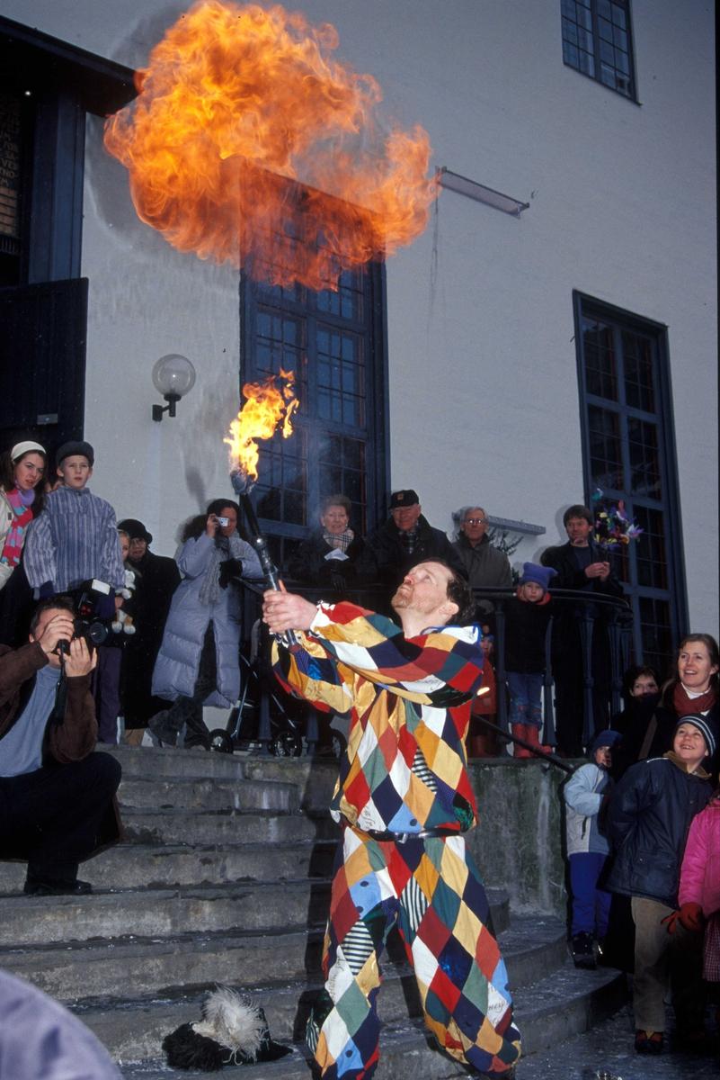 Fastelavnsdag på Norsk Folkemuseum. Ildsluker på Torget foran Hovedbygg.