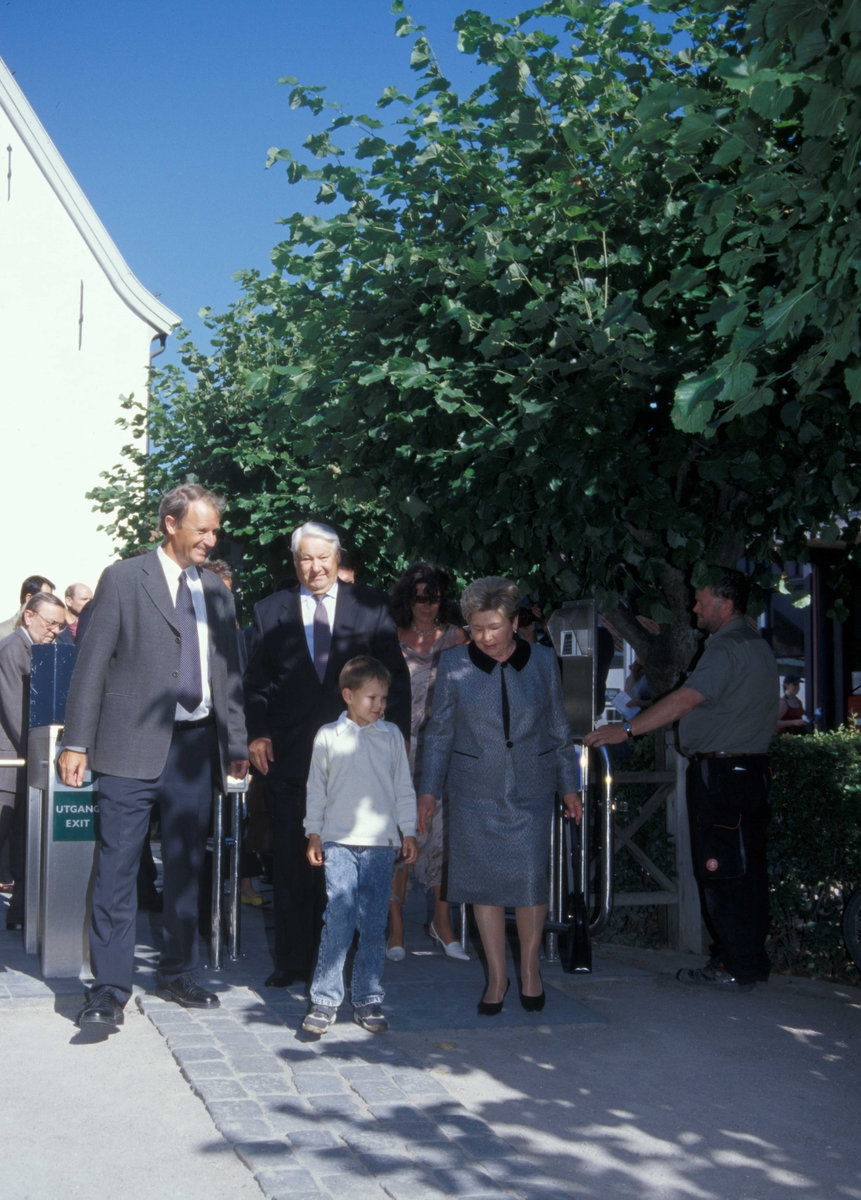 Russlands president, Boris Jeltsin, med kone og barnebarn, ankommer Norsk Folkemuseum 15.august 2004 for å overvære åpningen av utstillingen Norge-Russland Naboer gjennom 1000 år.Han tas imot av Norsk Folkemuseums direktør, Olav Aaraas.