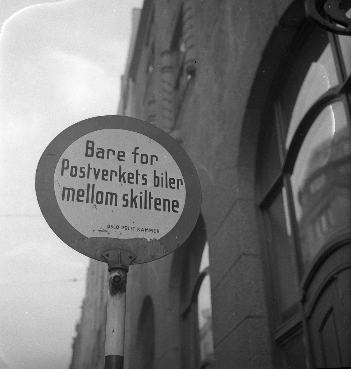 """Trafikkskilt """"Bare for Postverkets biler mellom skiltene. Oslo Politikammer"""", Oslo."""