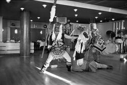 Serie. Indianske dansere fra Alaska opptrer på Fornebu i Osl