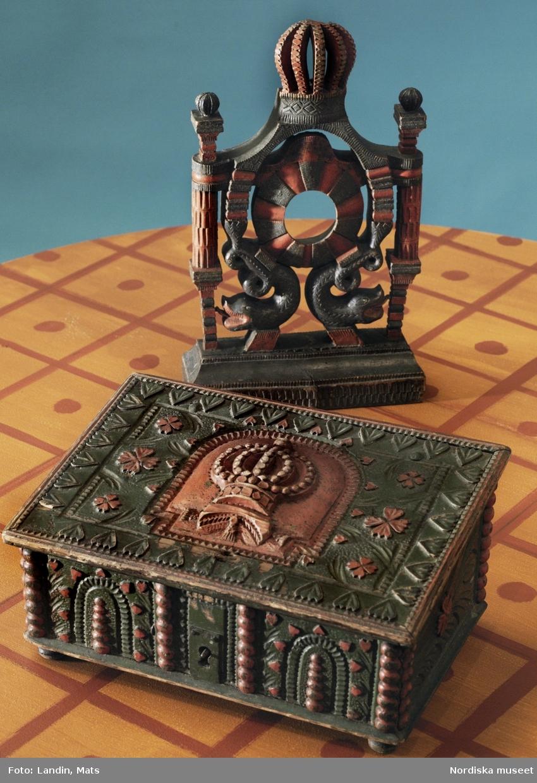Folkkonst. Den kungliga kronan är ett ofta återkommande dekorativt inslag i folkkonsten. Kröndekor på fickursställ från Bohuslän och som dekor på lock till ångermanländskt skrin från 1700-talets andra hälft. Nordiska museet inv.nr 9174 och 98840.