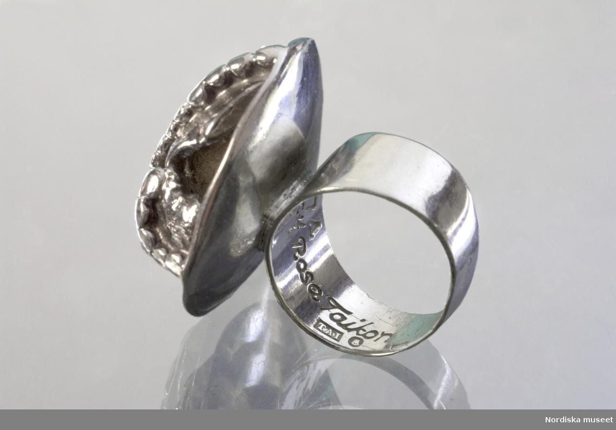 Ring tillhörande Margareta Persson, ringen är sannolikt ritad och utförd av Bernd Janusch, men stämplad med Rosa Taikons stämpel. ring; silver; smycke; filigran-teknink