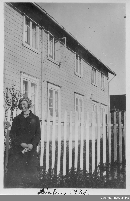 Dagmar Sundelin foran Sundelinggården, 1931.