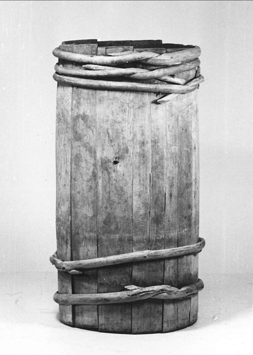 Tina av trä. Krönt 1742, inbränd krona och årtal på två ställen.