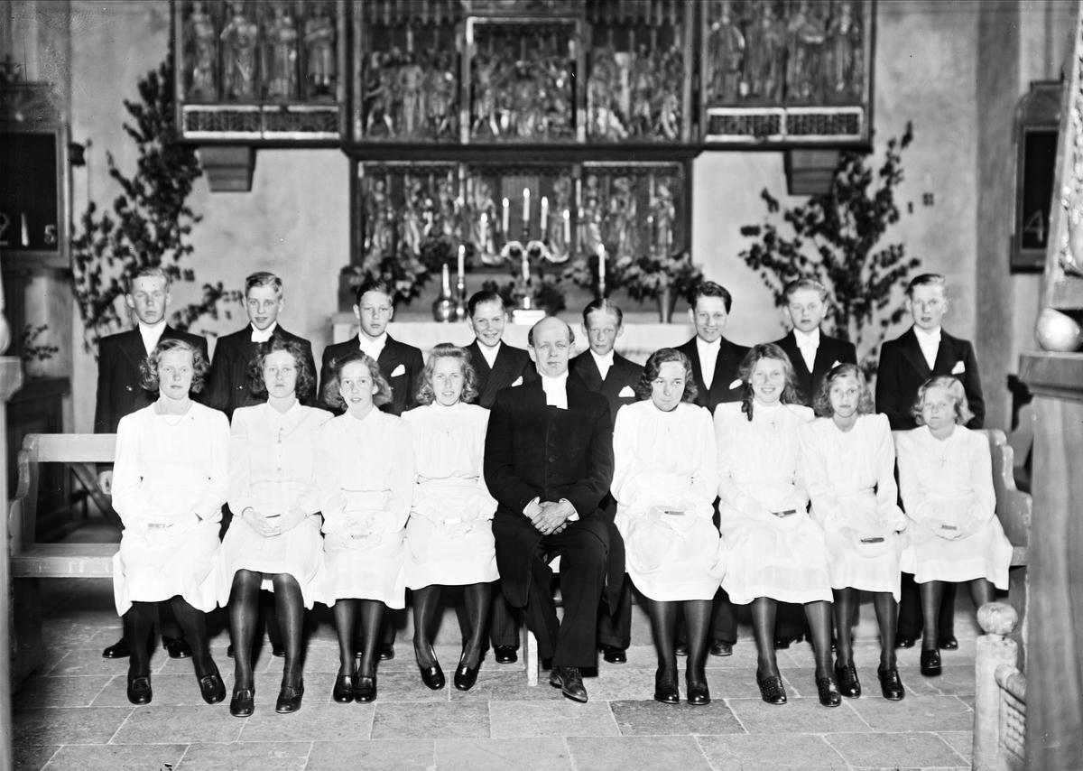 Kyrkoherde Oscar Ehn med konfirmander i Vaksala kyrka, Uppland 1943