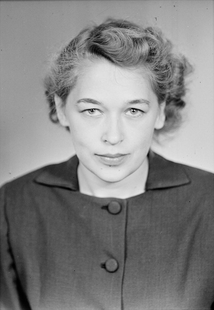"""Ateljéporträtt - """"fröken Lindström"""", Kungsgatan 7, Uppsala 1951"""