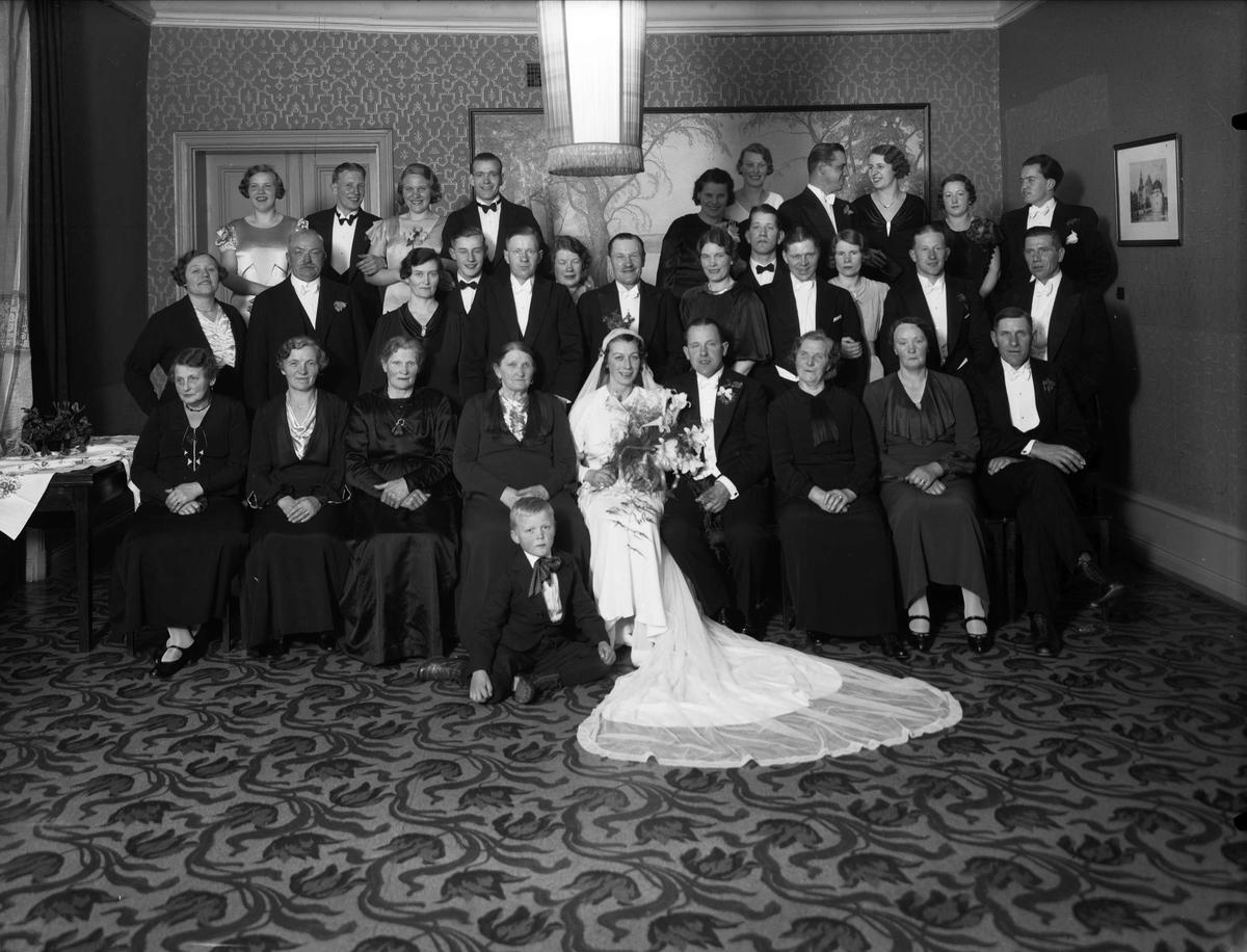 Grupporträtt - brudpar med sällskap, sannolikt Uppsala, 1935