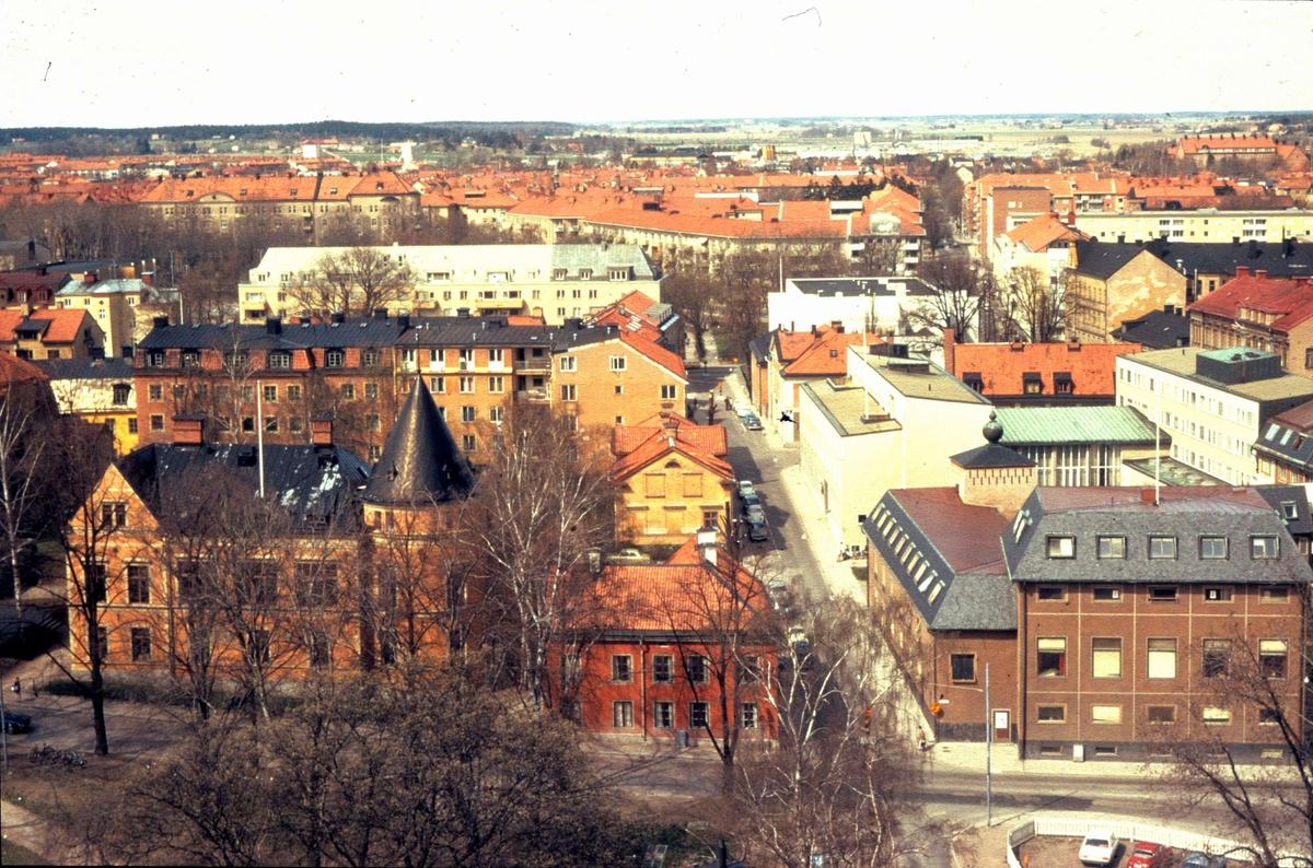 Vy över delar av Fjärdingen och Luthagen i Uppsala. Vid S:t Olofsgatan ligger Södermanland-Nerikes och Smålands studentnationer, september 1976