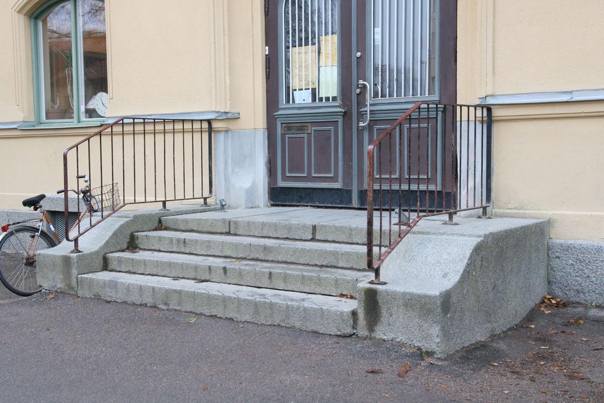 Sverkerskolan, granittrappa vid entré, kvarteret Sverker, Uppsala 2008