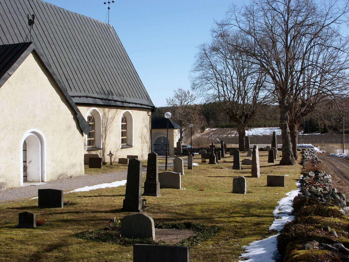 Kyrkogården vid Vallby kyrka, Vallby socken, Uppland  2005