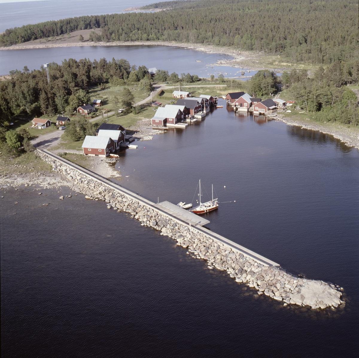 Vy över Sikhjälmas fiskehamn, Hållnäs socken, Uppland, juni 1989